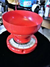 BOLD LIPSTICK RED PLASTIC KITCHEN SCALES WITH GOOD SIZED BOWL UP TO 3 KILOS